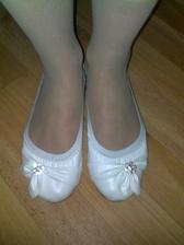 konečne som naďabila na krásne biele balerínky. Pre každý prípad, že by som už nevládala v svadobných botičkách :)