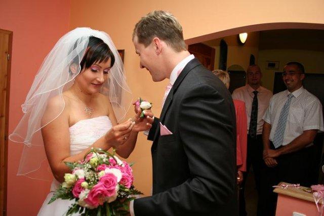 Monika Reichbauerova{{_AND_}}Igor Cech - pripinanie svadobneho pierka