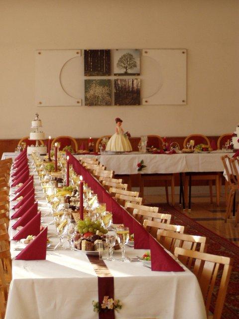 Čo sa mi páči:)) - asi budeme mať tiež bordové stoličky, tak asi takúto nejakú výzdobu