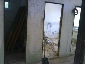 stredne dvere sa zamuruju,tým sa zvačši kúpelna a na ľavej strane bude wc