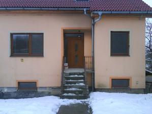 pohlad s predu nove dvere a okná z vnutra su biele.