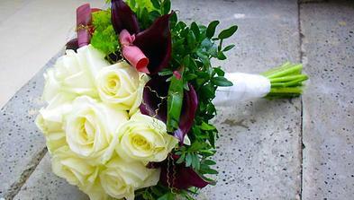Svatební kytice z růží a kal, to jsou favoriti