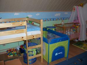 Dětský pokoj posléze - děti rostou, sedačku jsme přestěhovali ke schodišti...