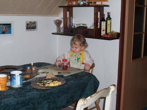 A stejné místo teď - prozatímní jídelní kout, židle i stůl ještě budeme renovovat ;-)