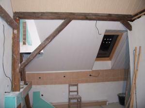 Pod šikminou bude pracovní plocha, nyní tam stojí jedna z židlí k renovaci, takovéhle máme tři.