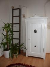 Zeď ještě před malováním a skříňka bez spodního krytu