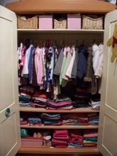 Anušky skříň po mém zásahu, už tam jsou opravdu jen její věci.