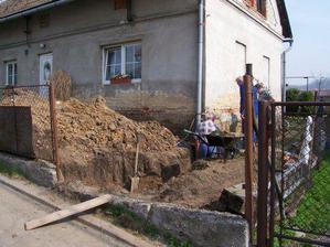 V dubnu 2006 kopeme kanalizaci a ekodrenáž