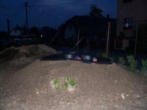 V červenci 2006 začínáme tvořit skalku s jezírkem