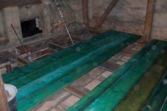 Nová hrubá podlaha už se rýsuje.