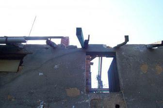 Takhle jako za války to vypadalo, když nám sundali starou střechu.