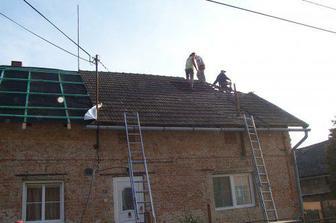 A začínáme s novou střechou...
