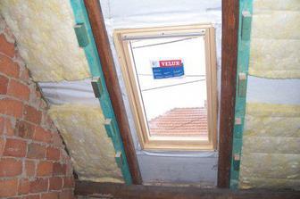 Začali jsme izolovat, vlevo ve zdi se bude bourat otvor pro dveře na chodbu.
