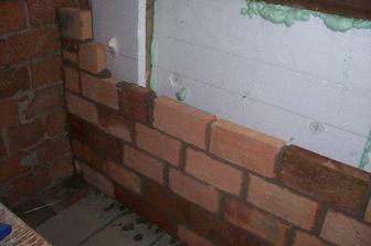 Původní zeď promrzala...