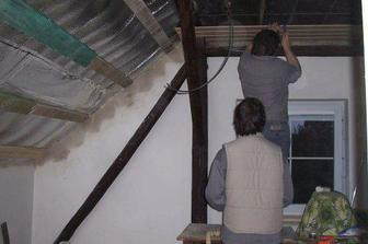 Taťka s bráchou nám začali obkládat strop...