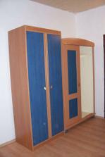 Nejdřív skříně - vlevo Vojtíkova, vpravo Aničky - dědové nám hned při vykládce stihli vylomit pravé dveře :-(