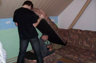 Brácha se švagrem montujou sedačku, ať máme kde spát...