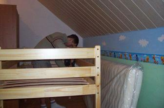 Bordura už je na stěně, ještě namontovat lamely na postel...