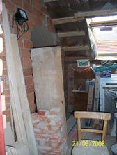 Takhle to vypadalo v přední části obýváku, když jsme vybourali díru pro futra...