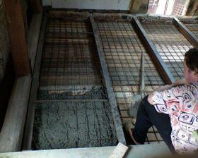 A jedem na to - děda nám betonuje podlahu do kuchyně-a mladí m+k míchají
