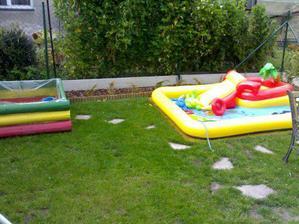 a bazénkem, to je náš nový dětský koutek na zahrádce