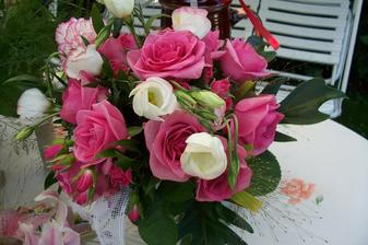 Den poté - moje svatební kytice, focení jí v tom hicu dalo trošku zabrat :-)