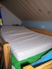 Připravená matrace už se nafukuje u Vojtíka na posteli, děti jsme odvezli na jednu noc k dědovi