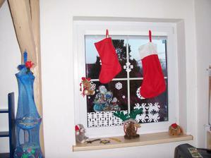 Naše děti spolu se synovci vystřihly vločky a sníh z papíru...