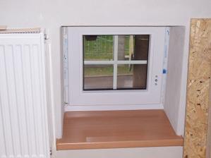 Tak jsem si udělala radost a umyla okýnko a radiátor, sice se ještě bude malovat, ale aspoň od toho pracovního prachu ;-)
