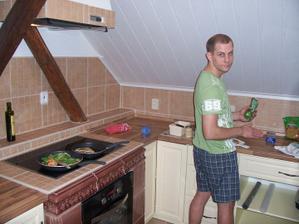 Pantáta vaří poprvé v nové kuchyni teplou večeři