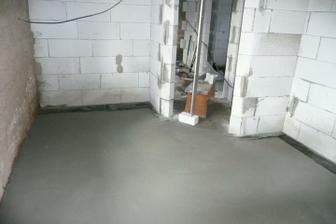 V pokojíčku je betonový základ. Super!