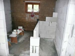 Už se rýsuje záchod a koupelna, za záchodem bude zděný sprchový kout.