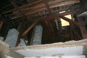 Pohled z chodby nahoru. Schází strop.