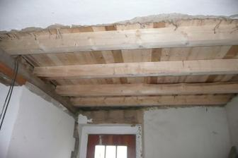 zaklopený strop v chodbě