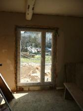 dveře na terasu a zahradu z obýváku
