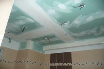 Zaklopený strop jen vymalovat a osadit světélka.