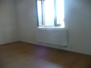 podlaha v dětském pokoji a už máme radiátory