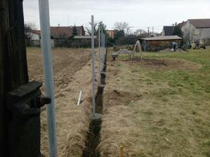 takhle jsme zabetonovali sloupky na plot