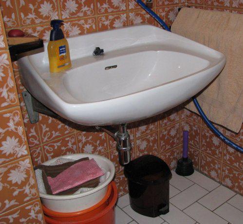 Koupelna - Pohled na okolí umyvadla - před...