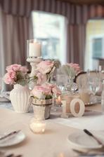 taková květinová dekorace na stůl, velmi jemné :)