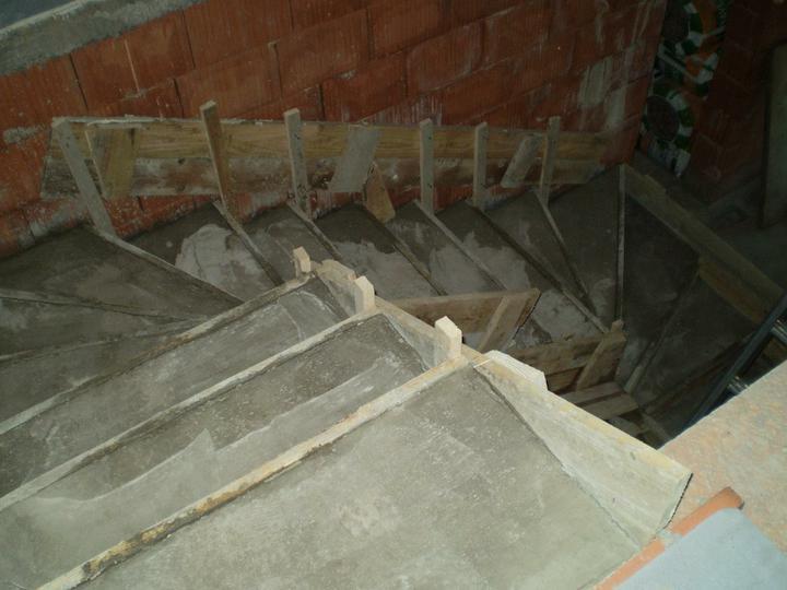 Náš domček - naše schody v tvare U..konečne sa nemusím šplhať po rebríku:)