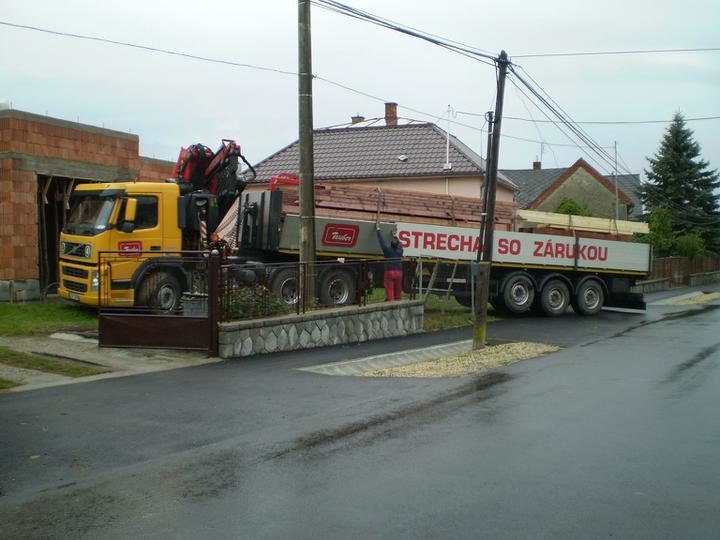 Náš domček - drevo narezané na mieru...a ide sa robiť strecha