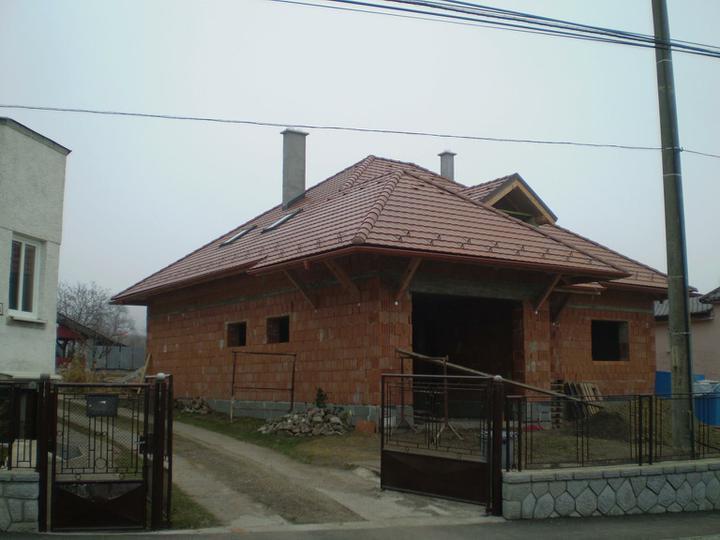 Náš domček - a máme strechu:)už len okná a budeme môcť zimovať