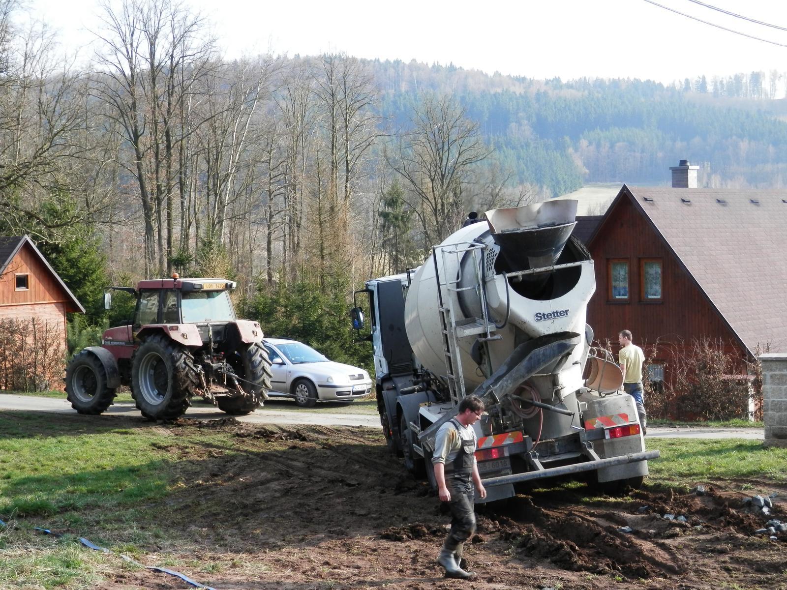 Březen 2014 - konečně začínáme... - traktorista ale pomohl,naštěstí :o))