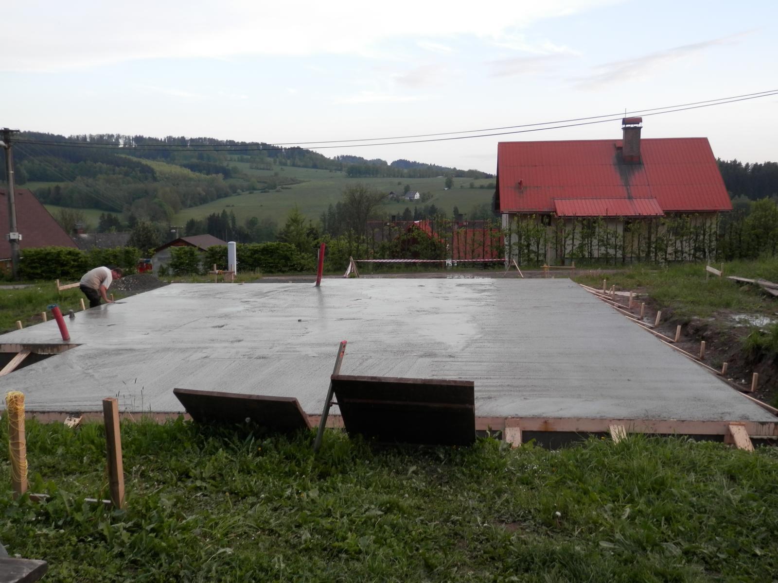 Březen 2014 - konečně začínáme... - 19.5.2014 konečně hotovo!!! A jsme z tý země venku!!!!! 21 kubíků betonu...