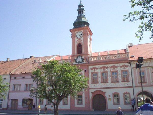 12.8.2006 - ... tu bola svadba... barokova radnica v Rakovniku.Ruzova ako moja svadba...