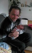 Po tydnech v zahraničí si tatínek konečně mohl pochovat dcerušku :-)