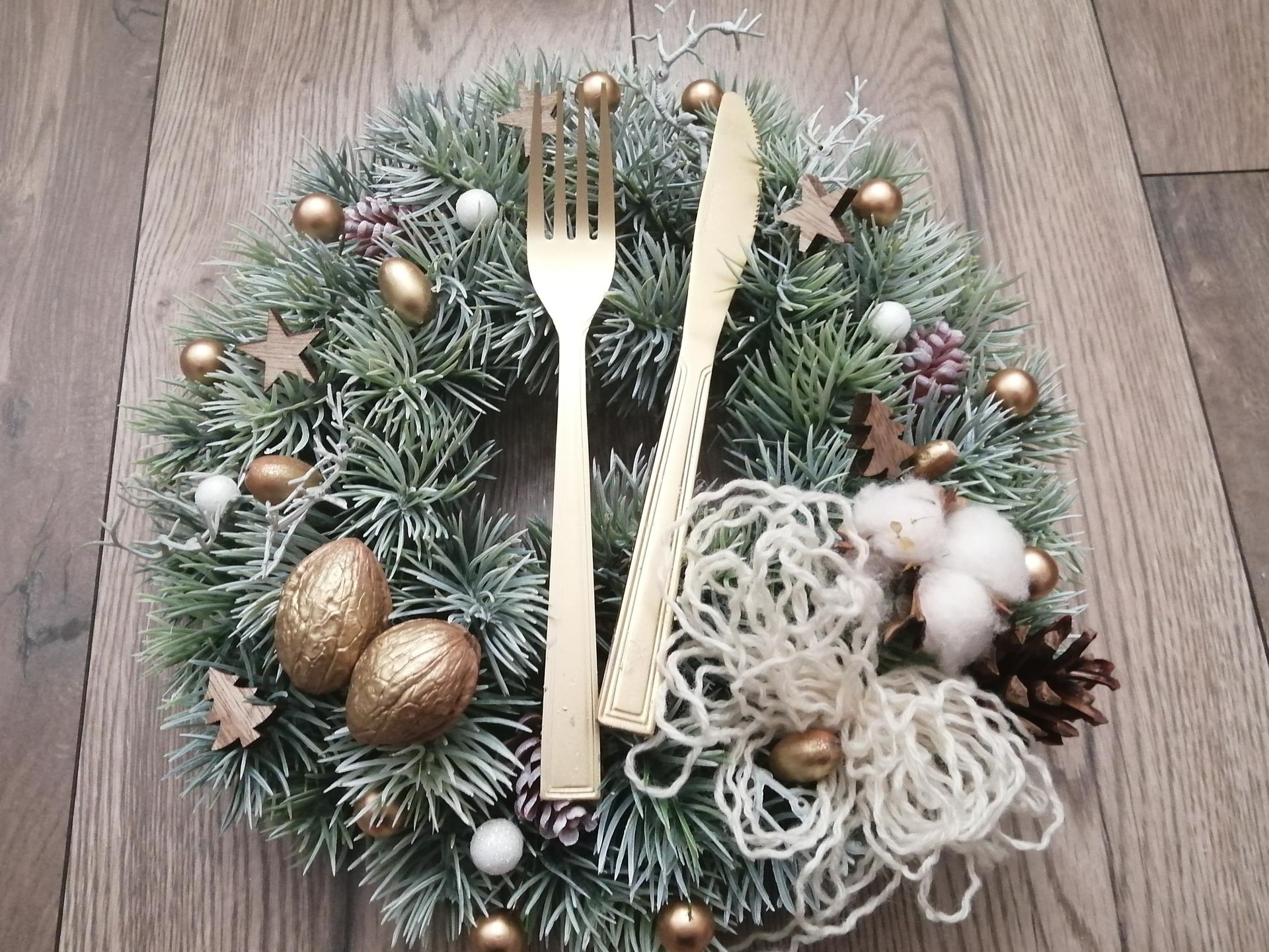 Venček do kuchyne - ... a vznikol... jednoduchý a efektný vianočný venček do kuchyne...