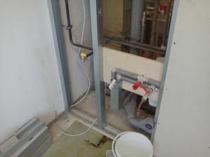 voda odpad plyn v kuchyni