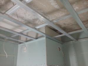strop v kupelni znizeni o 30cm